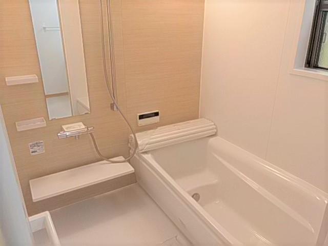 温もりを感じる色味の浴室です