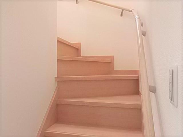 手すりが階段の上り下りをサポート