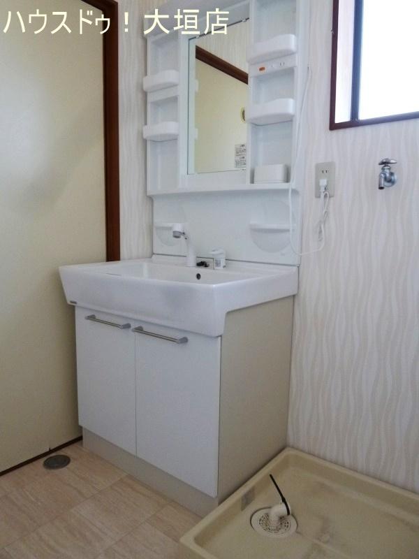 洗面台も交換済。洗濯機も室内に置けます。