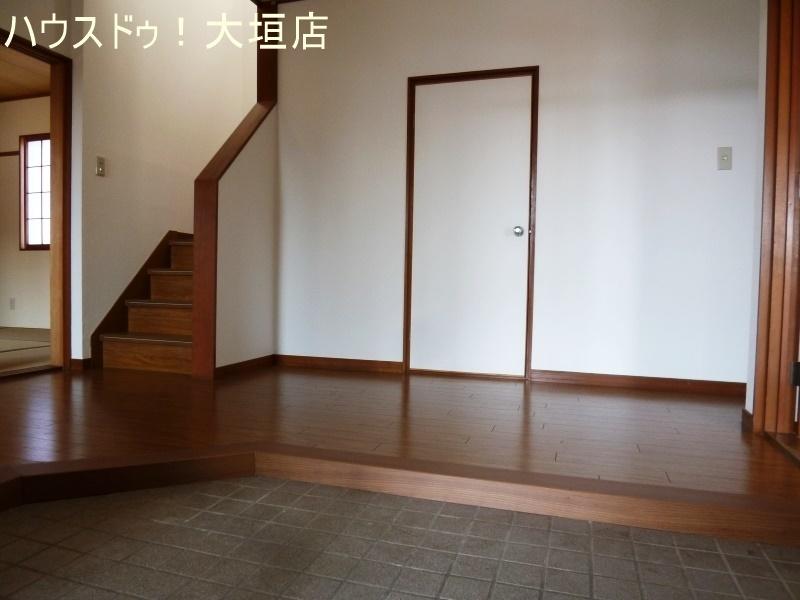 玄関正面には物置があり、外で使う物の収納に便利です。