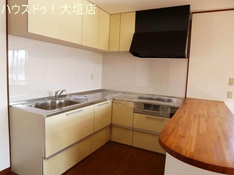 出来上がったお料理もカウンターへ。スペースを活用して効率よくお料理を。