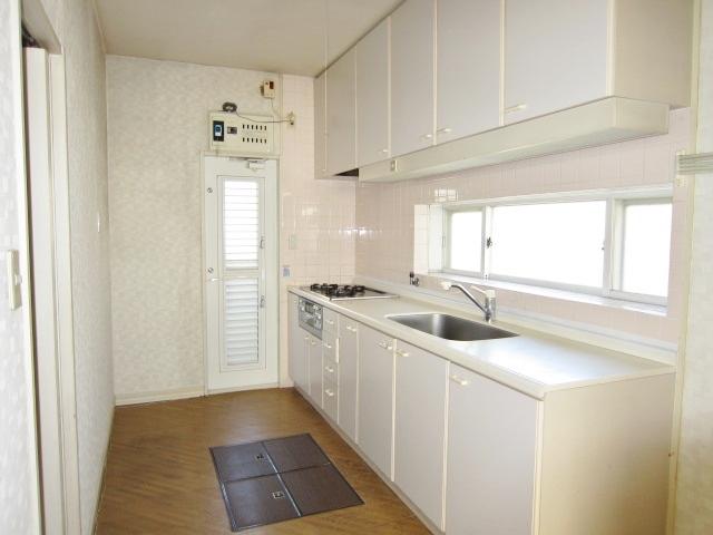 白を基調とした明るいキッチン。床下収納付です。