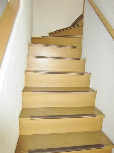 手すり付の階段で安心。