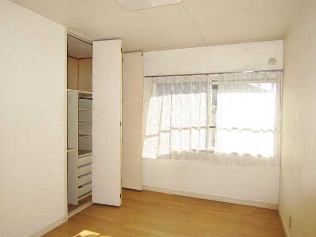 2階洋室。全室南向きで採光良好!