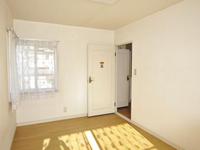 二面採光の西側洋室。お洒落な出窓が特徴的です。