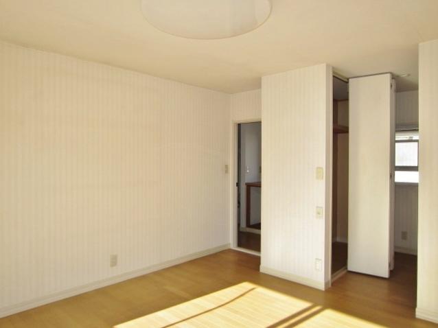 2F東側洋室。クローゼットと物入れ付で収納力大!!