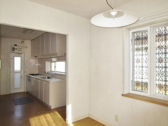 ダイニングや洗面所との動線を考えたキッチン。ダイニング側の出窓には小物を飾って楽しめます◎