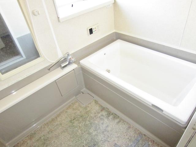 出窓が特徴的な浴室。オートバス。