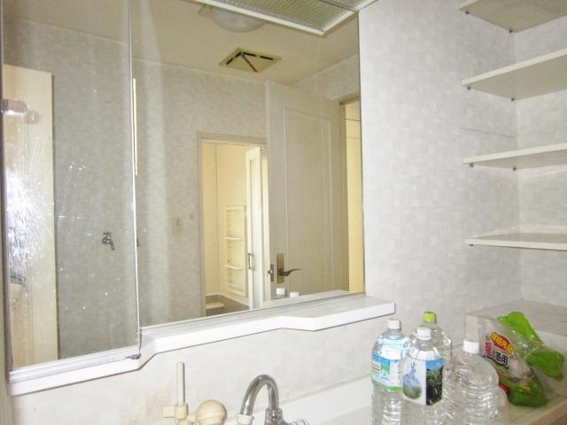 収納棚付の洗面台。大きな鏡で身だしなみバッチリ◎キッチンからも玄関ホールからも出入りできます。