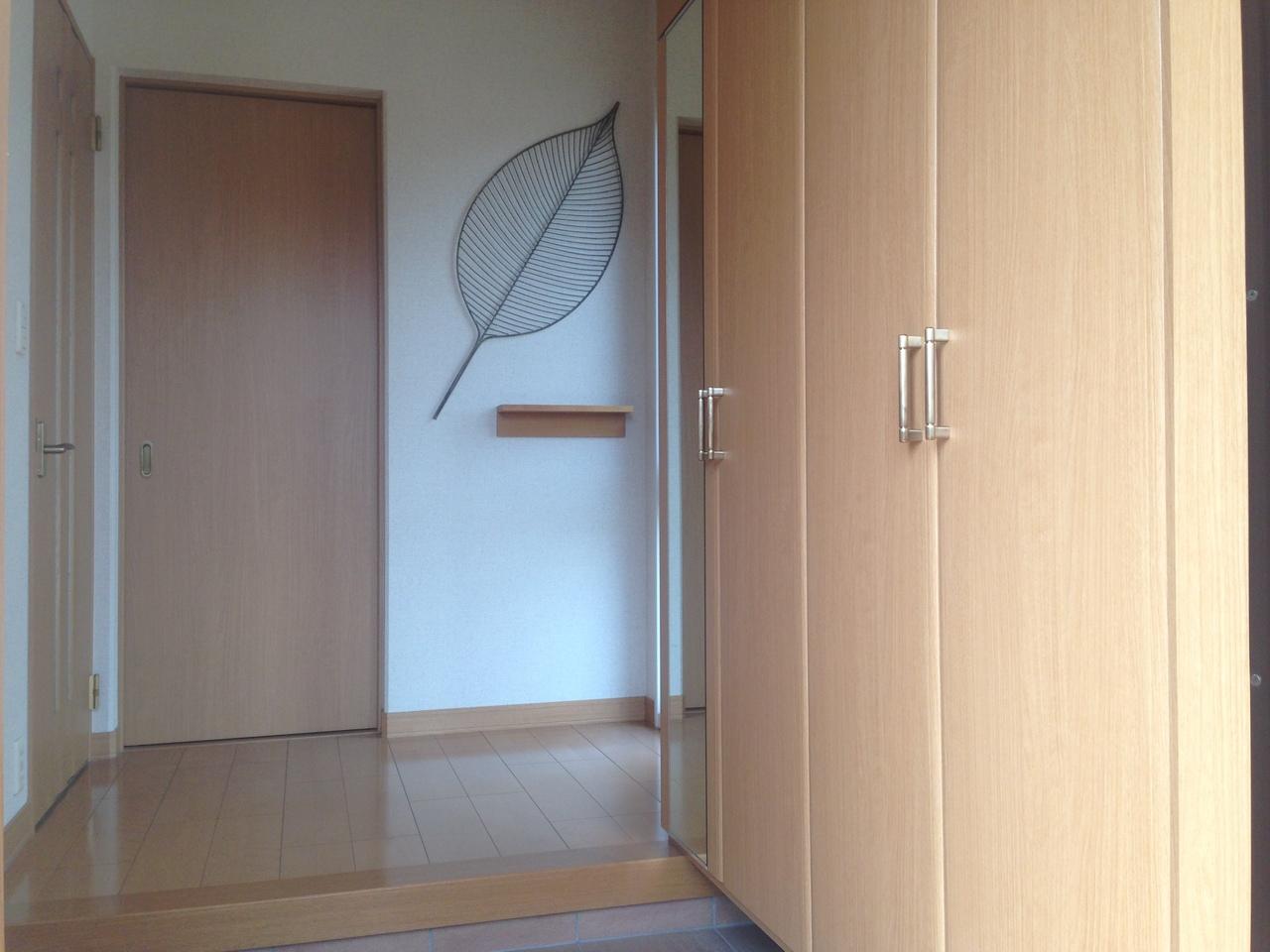トールサイズの収納が完備されています。 また、玄関上がって正面の空間は納戸となっています」。