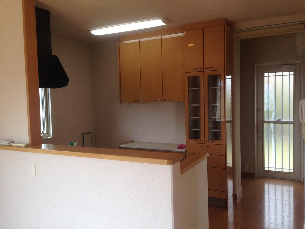 キッチン部には背面収納が完備されています。