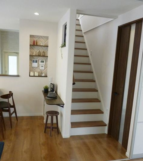リビングから2階へ続く階段です。 子どもが大きくなると、あまりリビングに来ないなんてこともあると思います。 それでも。階段がリビングにあることで、必ず顔を合わすことになるので、安心ですね。