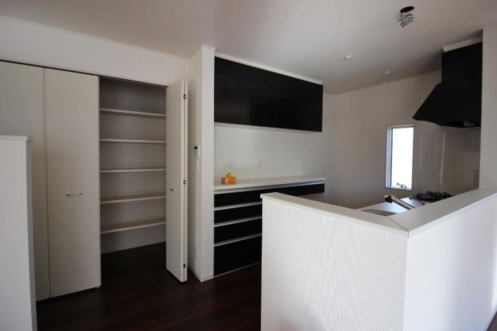 LDKにある棚付き収納は、多目的に使える万能収納。