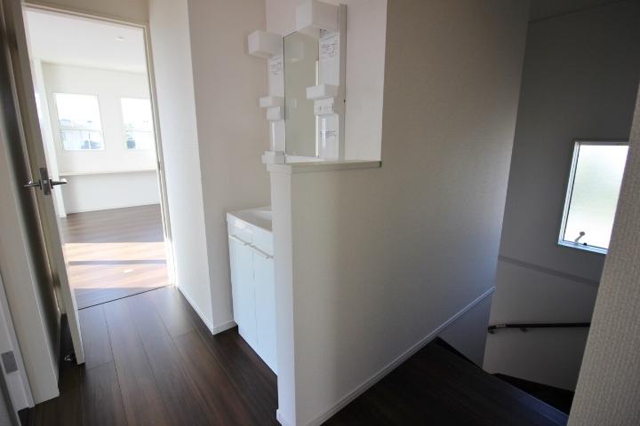 2階にも洗面台があるので、準備がかちあいがちな忙しい朝の時間も安心です。