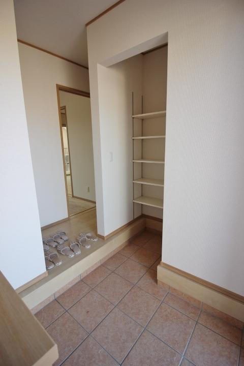 玄関横の シューズインクロークは、たくさん靴をお持ちのおしゃれさんも納得の収納力