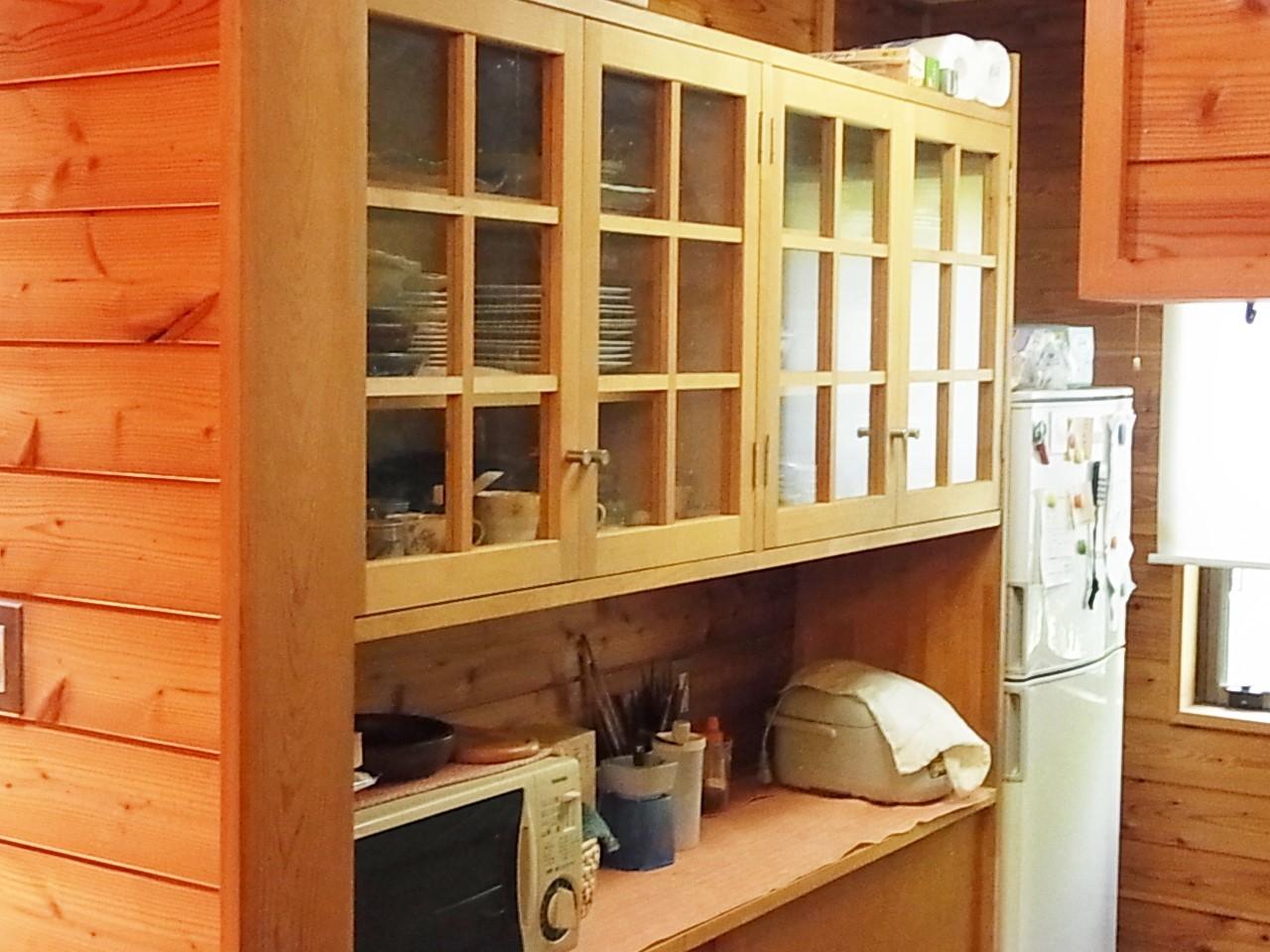 ウッデイーな内装で統一された食器棚