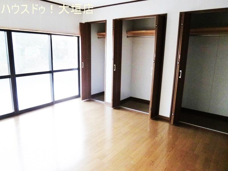 一面の窓から光が入り明るい一階洋室。