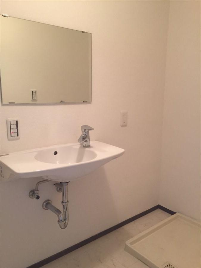 洗面所はとてもスッキリしています。収納棚など置く必要がありますが、自分好みのデザインで決められるのでスペースを有効に活用できます◎