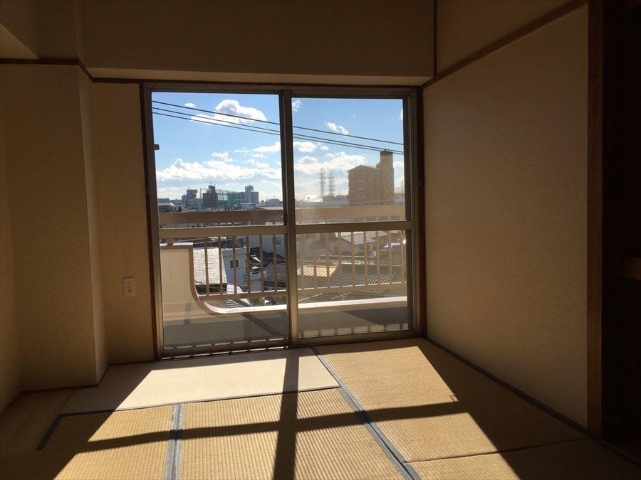 南側の大きな窓から陽が入ります!収納も完備された和室です。