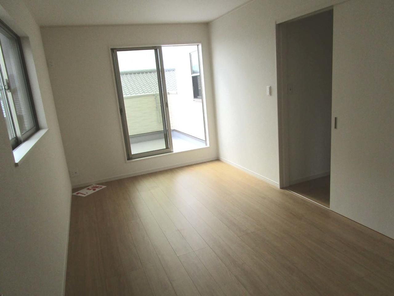 2Fには6帖、6.5帖、7.5帖の洋室3室があり、どの部屋にもクローゼットあり。