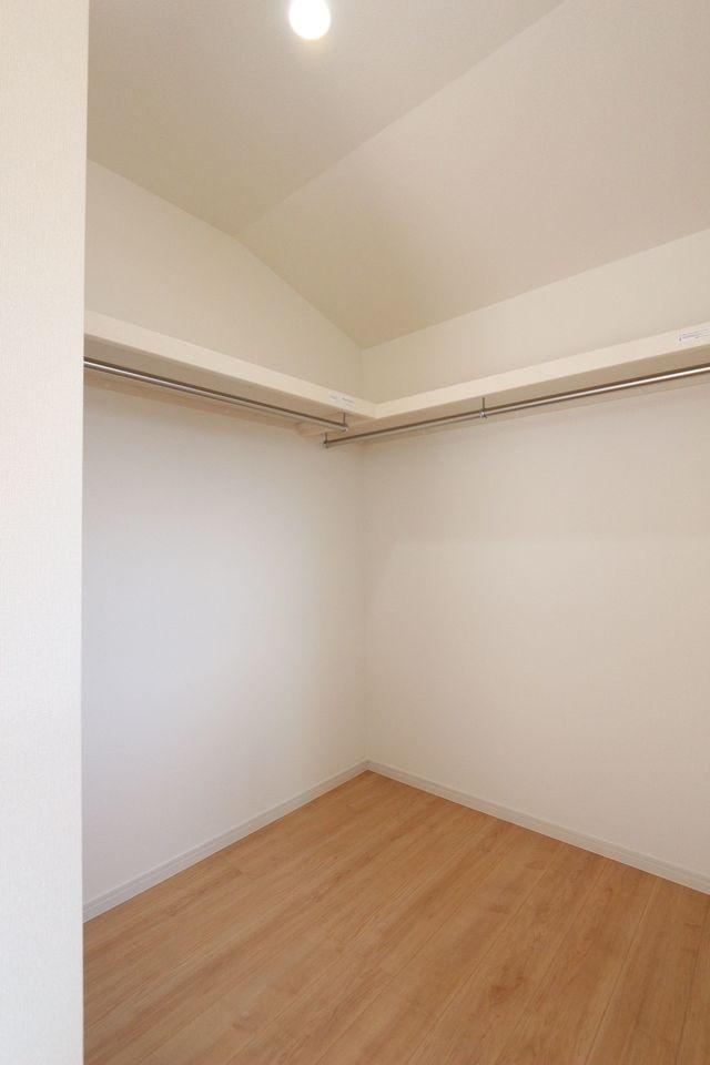 8帖洋室にはウォークインクローゼット付き。 棚もついており、たっぷりの収納力です。