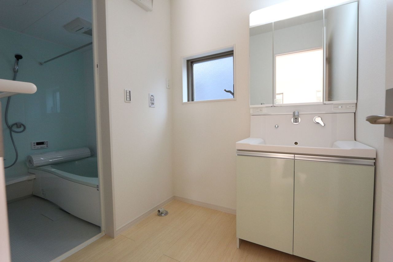 キッチンから直接出入りでき、 家事がはかどります。 洗面台は嬉しいハンドシャワー付。