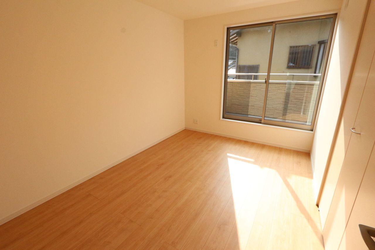 2階洋室は全室フローリング貼。 お掃除も簡単で清潔にお過ごし頂けます。