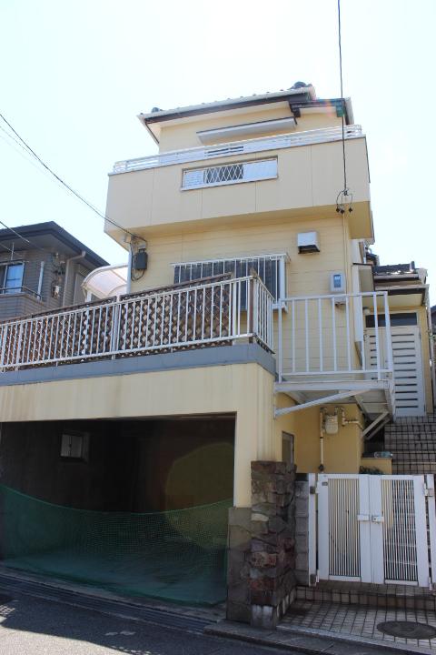 【外観写真】 1階車庫 3LDK+納戸 土地面積 31.79坪 建物面積 34.25坪