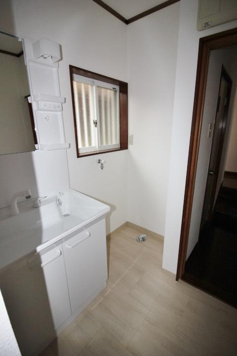 洗面所には洗濯機置場があります。