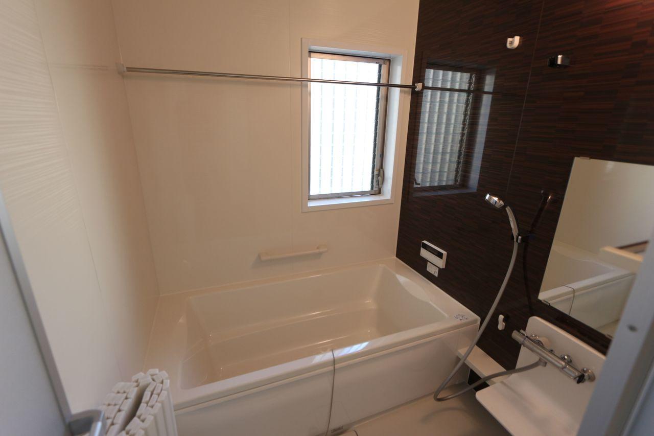 1坪サイズのゆったりサイズ。 浴室乾燥機を備え、雨の日の お洗濯も安心です。