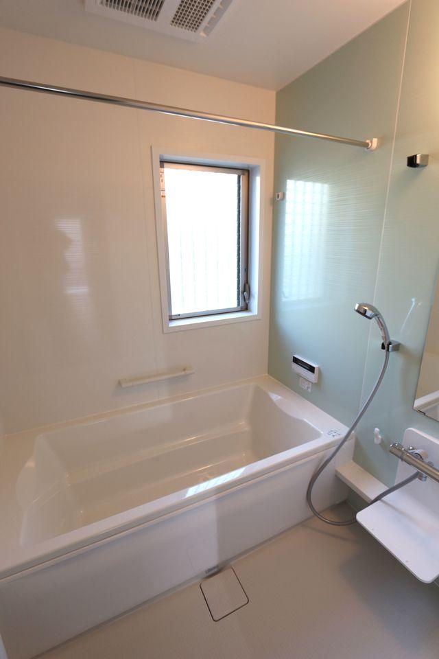 浴室乾燥機と追い焚き機能を 備えた浴室は、広々1坪タイプ。
