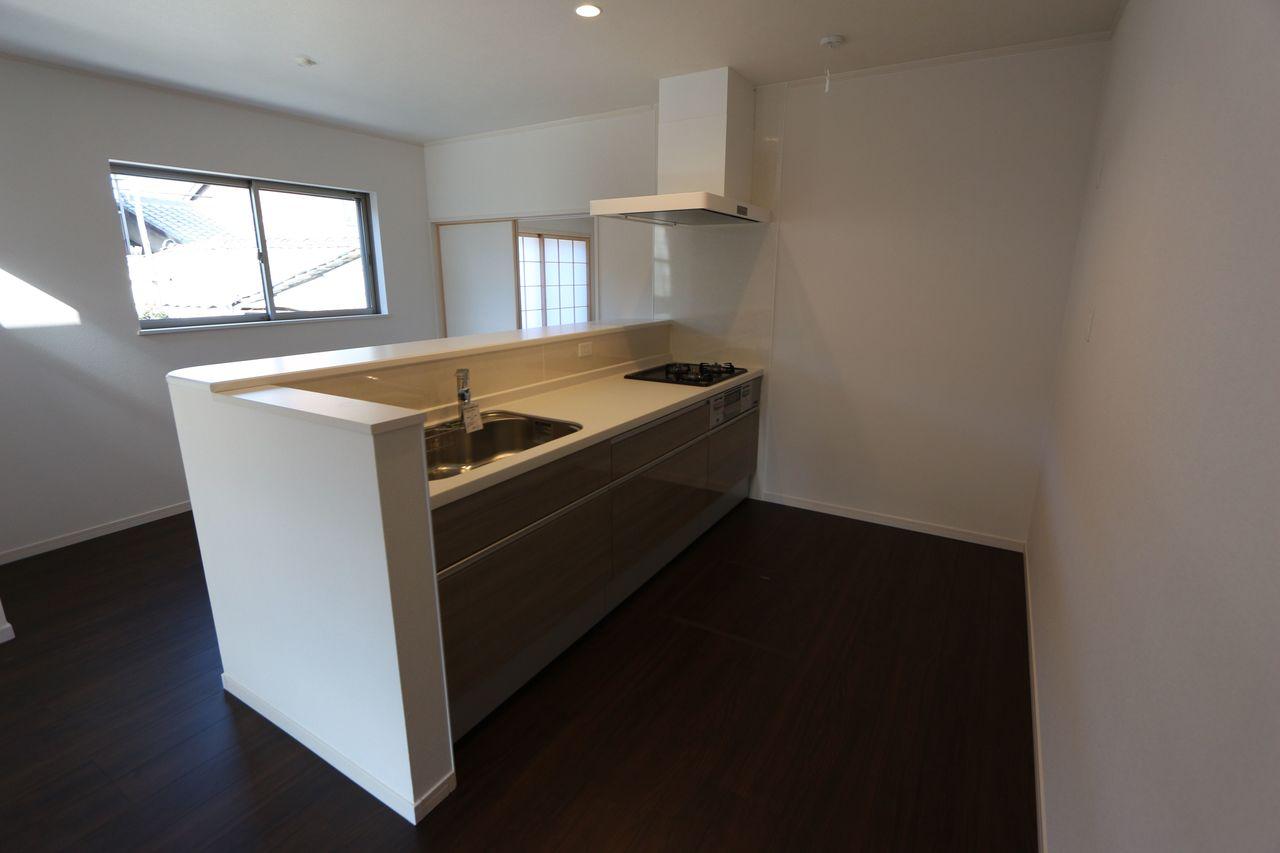 大きな引き出しと床下収納庫を完備。 食器棚を置いてもゆとりの広さです。