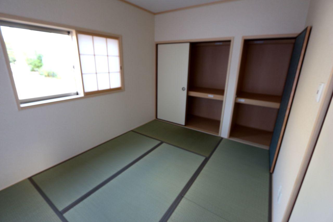 たっぷりの収納を備え、寝室にも ぴったりです。