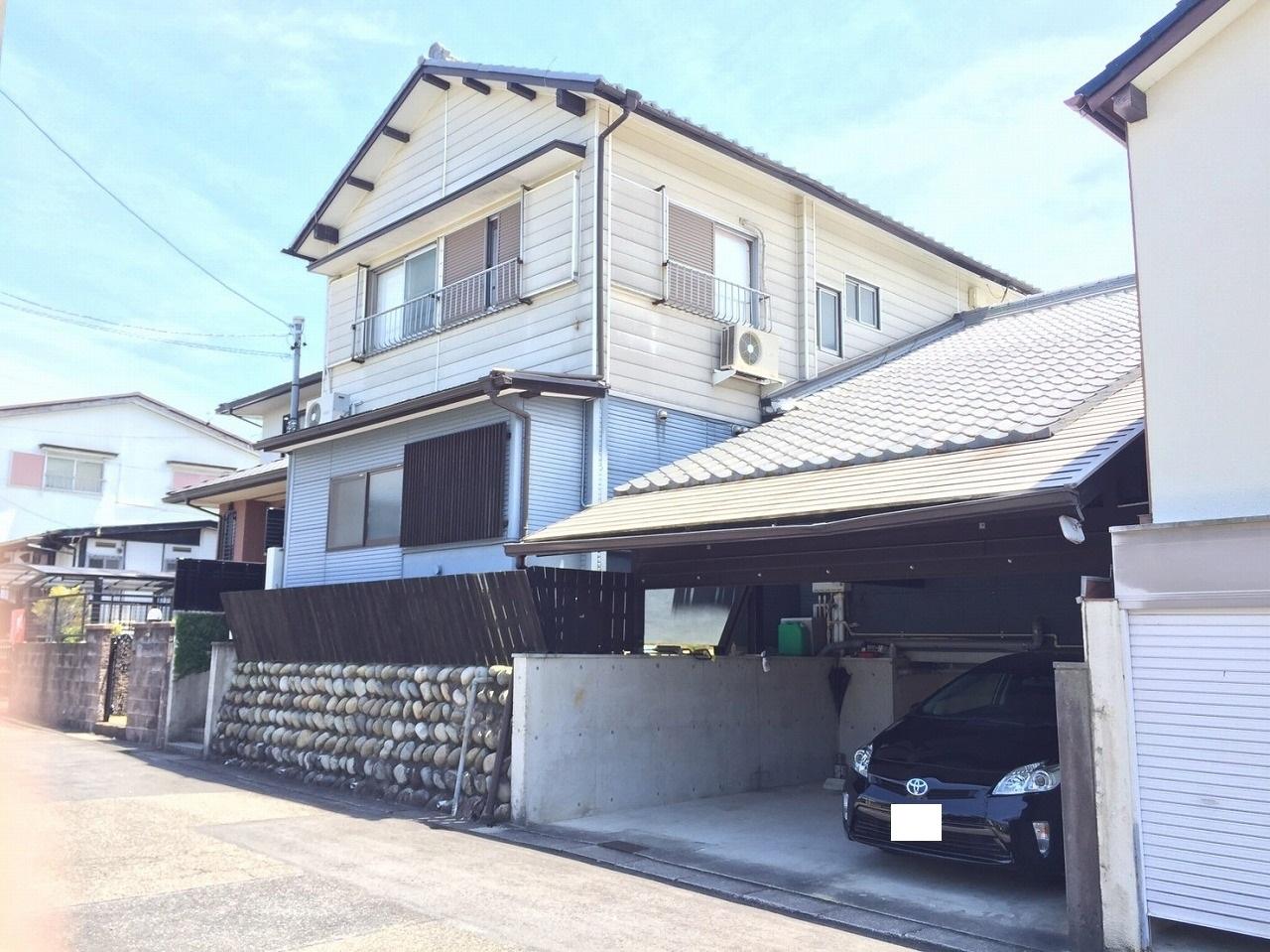 【外観写真】 北側道路 屋根付き2台分の駐車スペースあり。