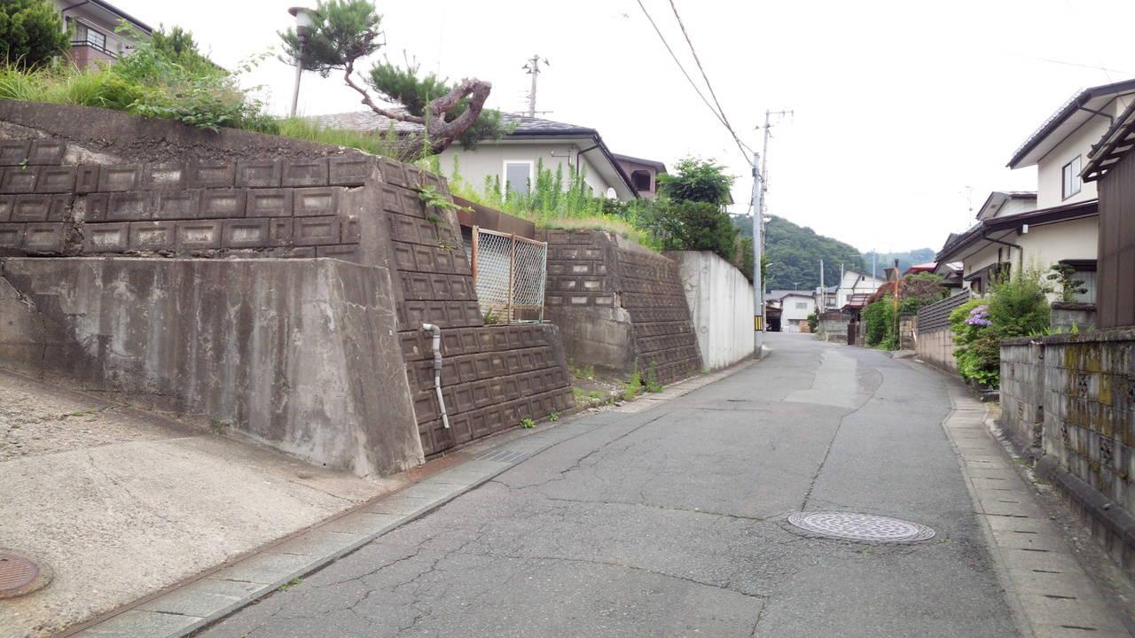 【南側】幅員約4.6メートルの道路