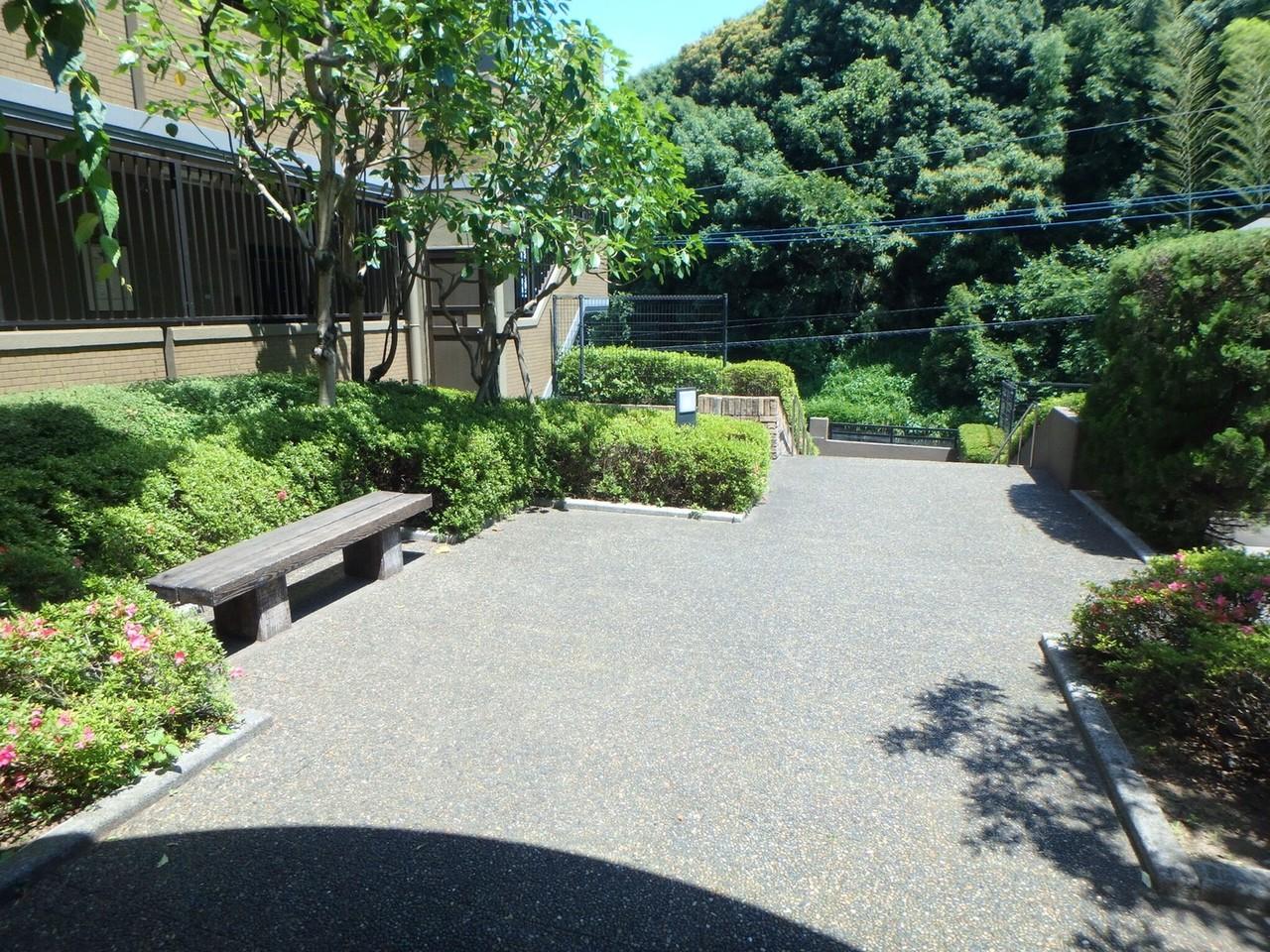建物の敷地内には、こんな緑の団欒スペースがあります。 マンションに住んでいながら、お庭のようなスペース。ちょっとしたひと時にいいですね。