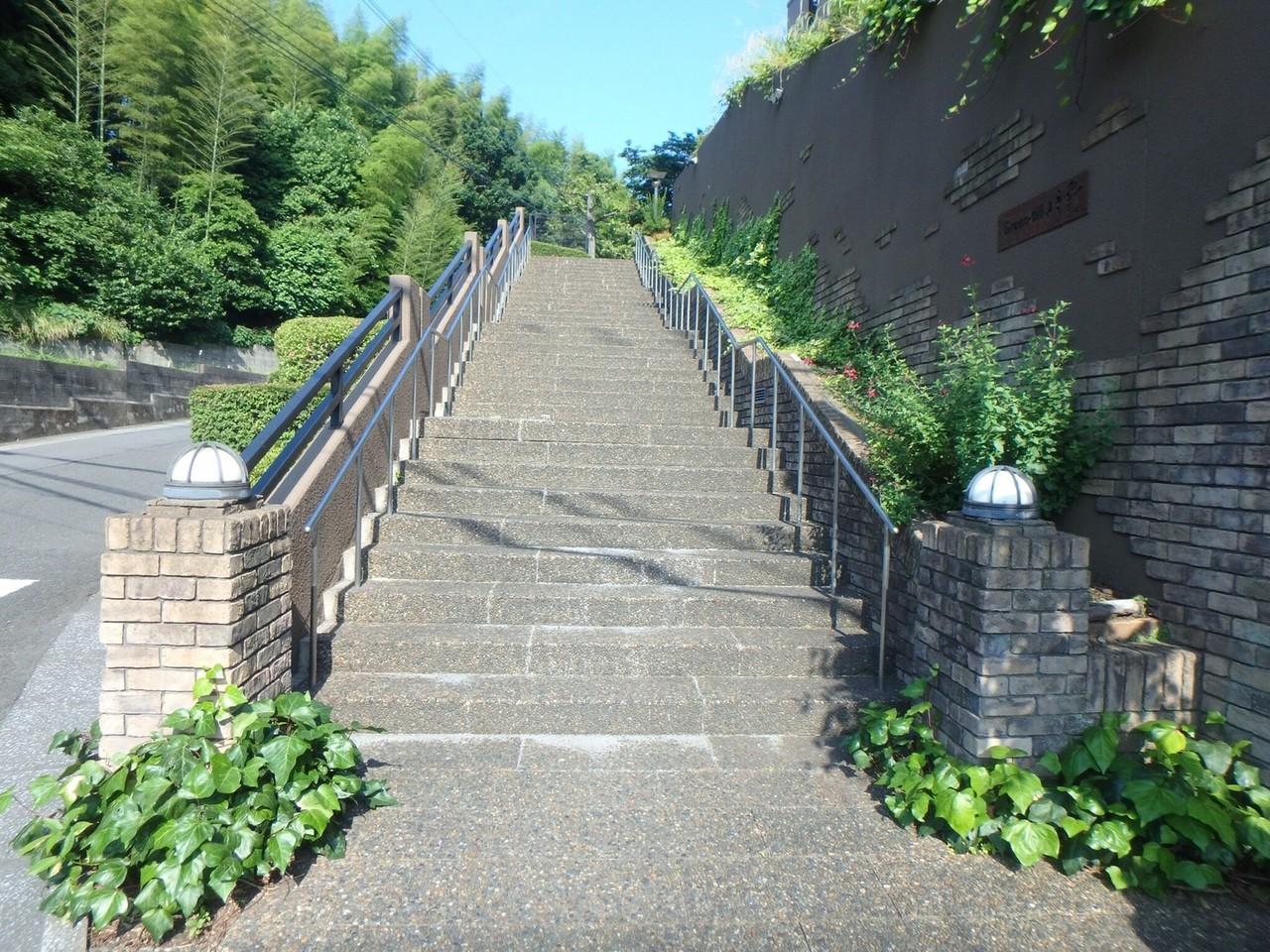 マンションの高低差を生かし、こんなおしゃれな階段もあります。 階段を下ると、サンリブ明野まですぐいけますよ!