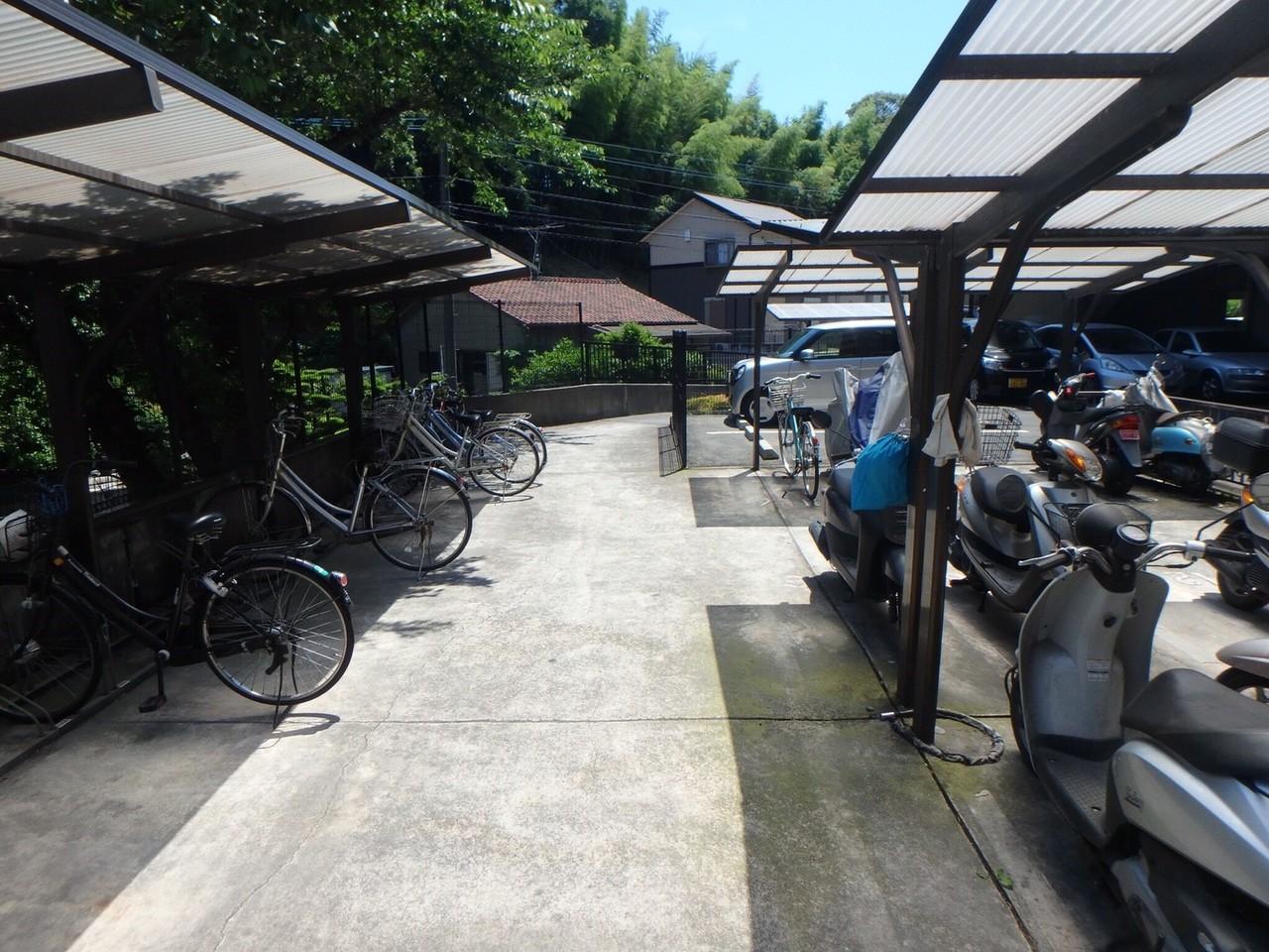 自転車置き場は広く、屋根も完備。雨のときも安心。