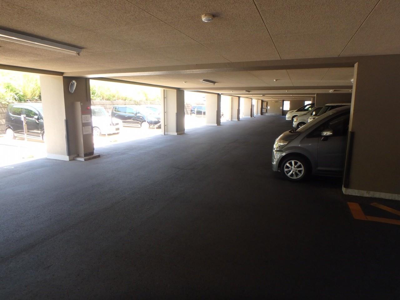 駐車場は、平面と建物の一階部分にもあります。