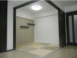 4畳の和室は、正方形の畳を並べた現代的でおしゃれな和室になっています。 壁に物が立てかけられるように工夫されているので、インテリアを飾るのも楽しそうですね。