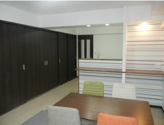 6.3畳の洋室の扉をしめると、まるでリビングのイメージが変わりますね! おしゃれで引き締まってみえます!