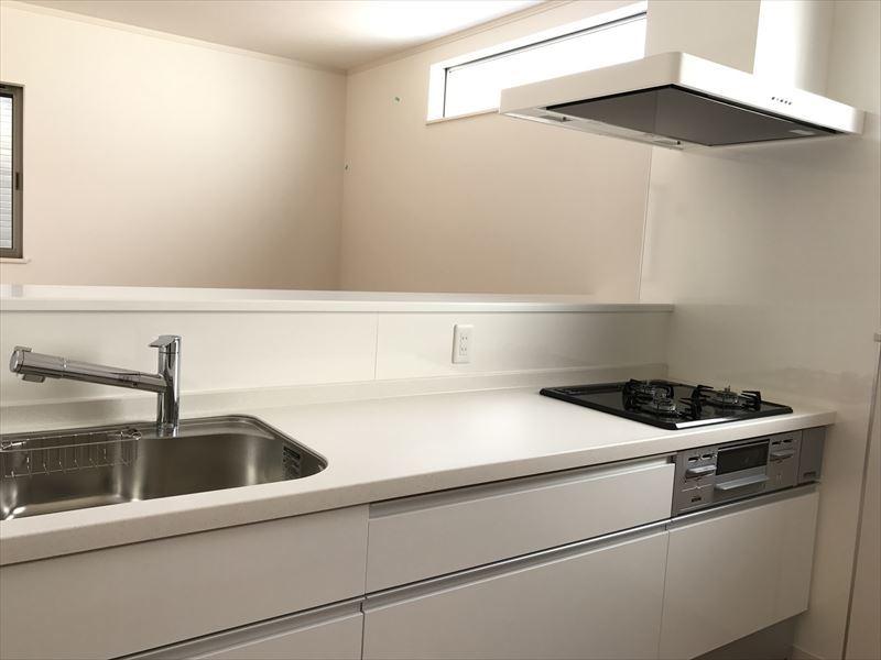 リビングを見渡せる開放的なキッチンです!小窓もあります!見るだけOK!聞くだけOK!リアルに生活を体験してみてください!