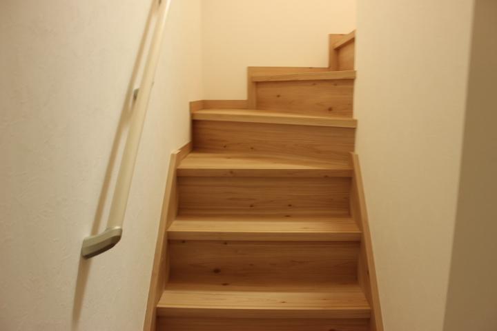 階段には手すりが付いているので上り下りの サポートをしてくれます