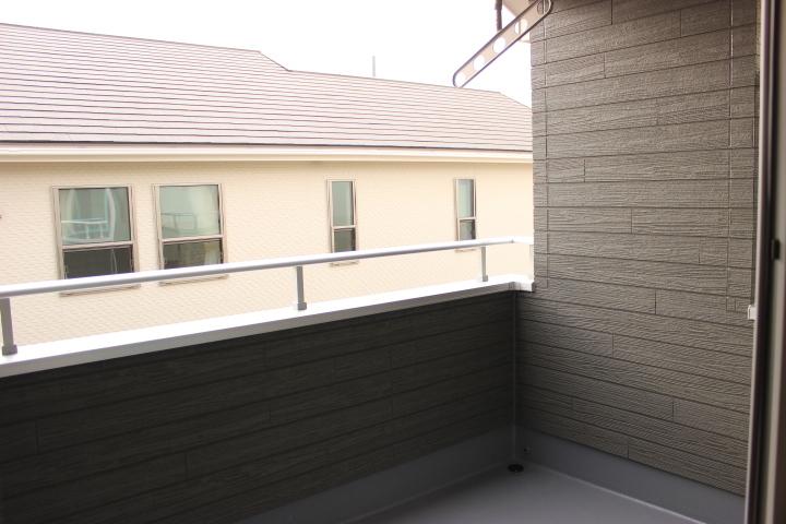 屋根付きのバルコニー 急な雨が降っても安心ですね