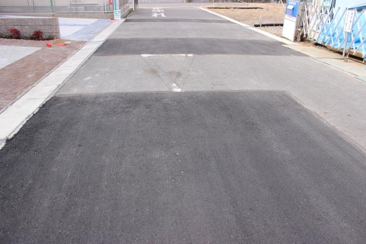 前面道路は見晴らしの良い一本道で 綺麗に整備されています