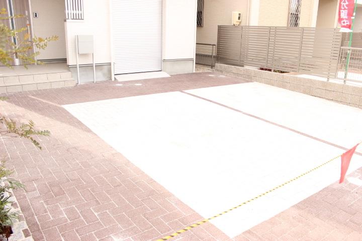 駐車場はゆとりのある2台分 全てコンクリートなので、お手入れもしやすいです