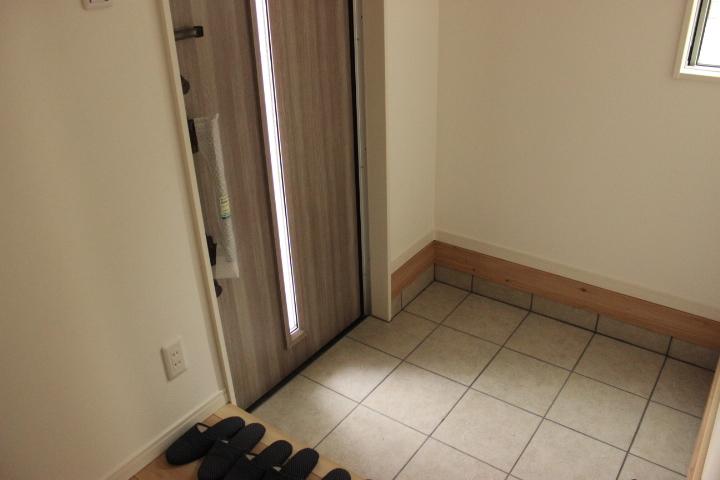 玄関の扉からは自然光の光が入り 明るい印象の玄関です