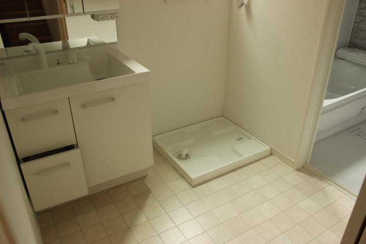 白を基調とした清潔感溢れる洗面所