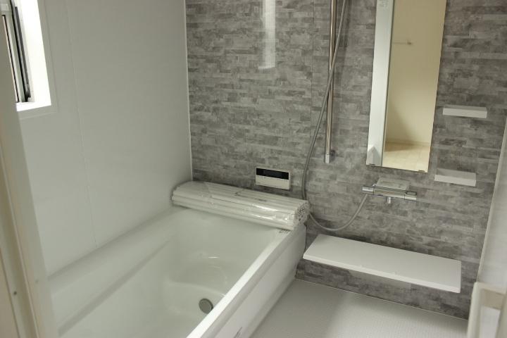 一日の疲れを癒してくれる浴室 窓も付いているので換気もしっかりできるのが 嬉しいですね
