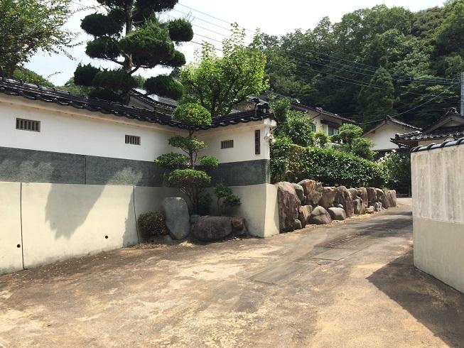 白い土塀がまるで武家屋敷のような重厚なつくり。日本家屋好きにはたまらないですね~♪